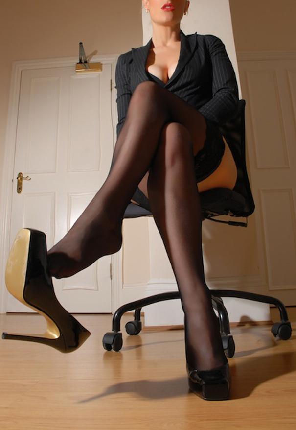 femme dominatrice en noir cherche un soumis